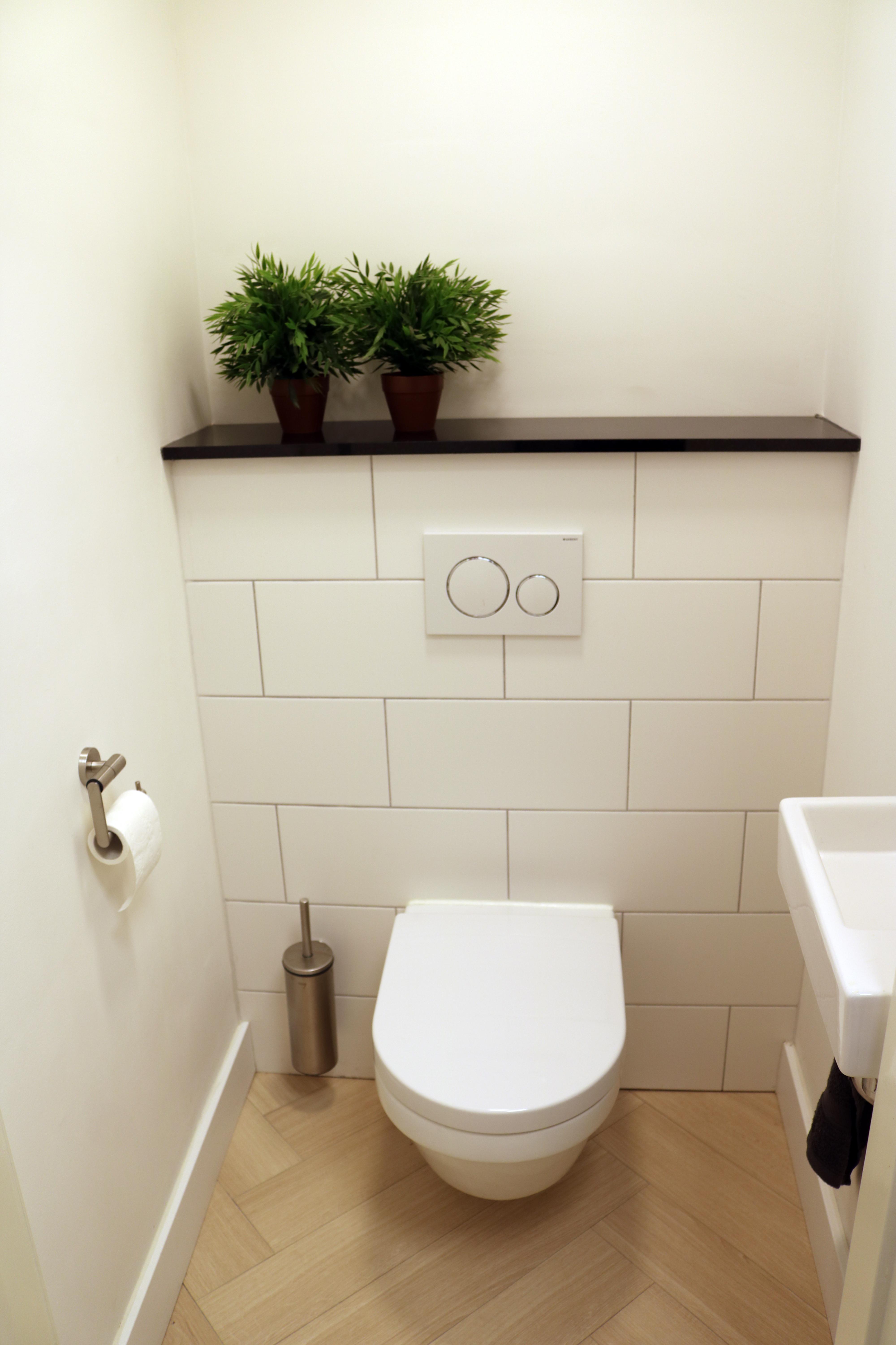 hangend toilet wit plaatsen